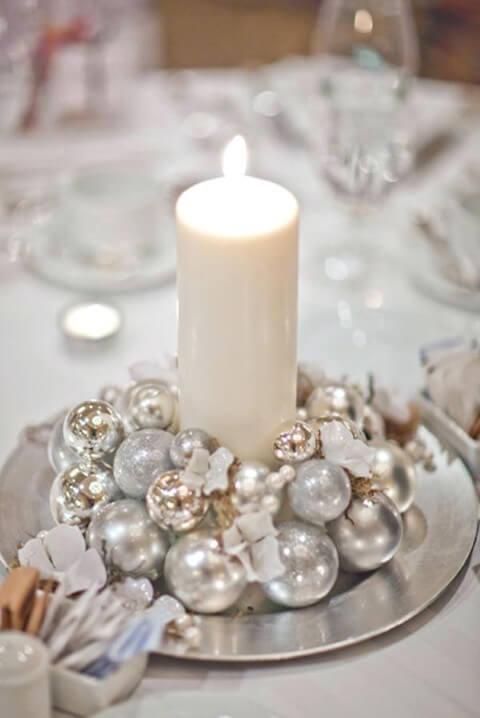 Use velas para iluminar os enfeites de natal para mesa