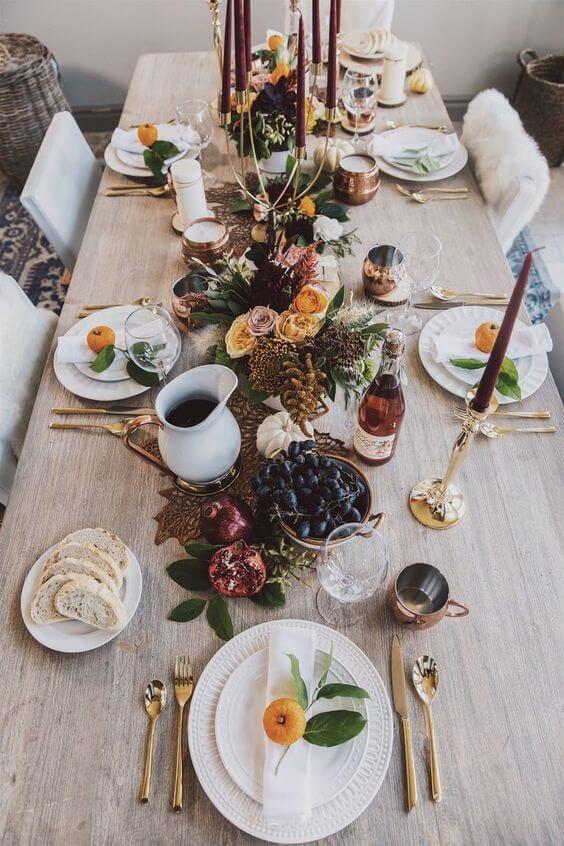 Comidas deliciosas no centro da mesa com enfeites de natal para mesa rústica