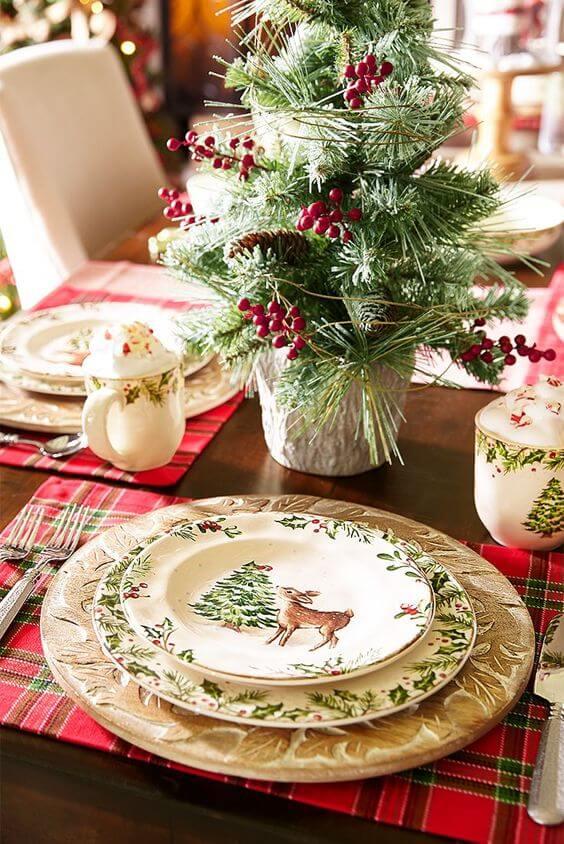O aparelho de jantar também é importante para combinar com os enfeites de natal para mesa