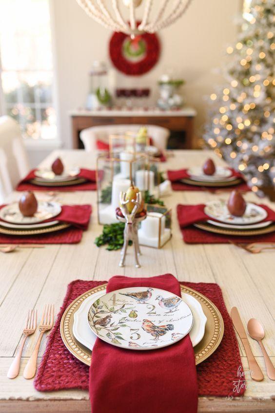 Enfeites de natal para mesa nas cores verde, branco e vermelho