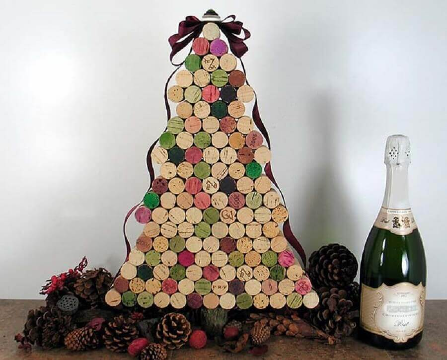 handcrafted Christmas decorations with tree made with wine stoppers Photo Magazine Handicraft