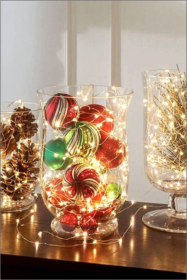 enfeites natalinos feitos em vasos de vidro com pinhas bolas e pisca pisca Foto Centerpiece Inspiration
