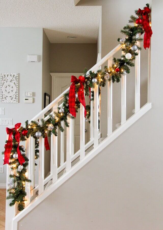 Christmas decorations for staircase with festoon and red ties Photo Pinterest