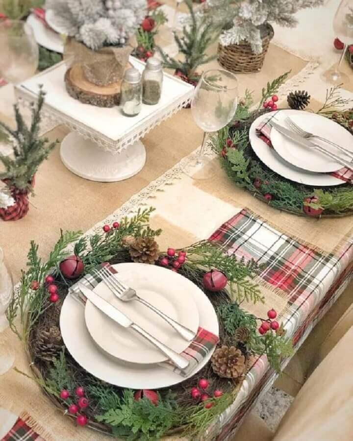 enfeites natalinos para mesa com guirlanda ao redor dos pratos Foto Rustic & Woven