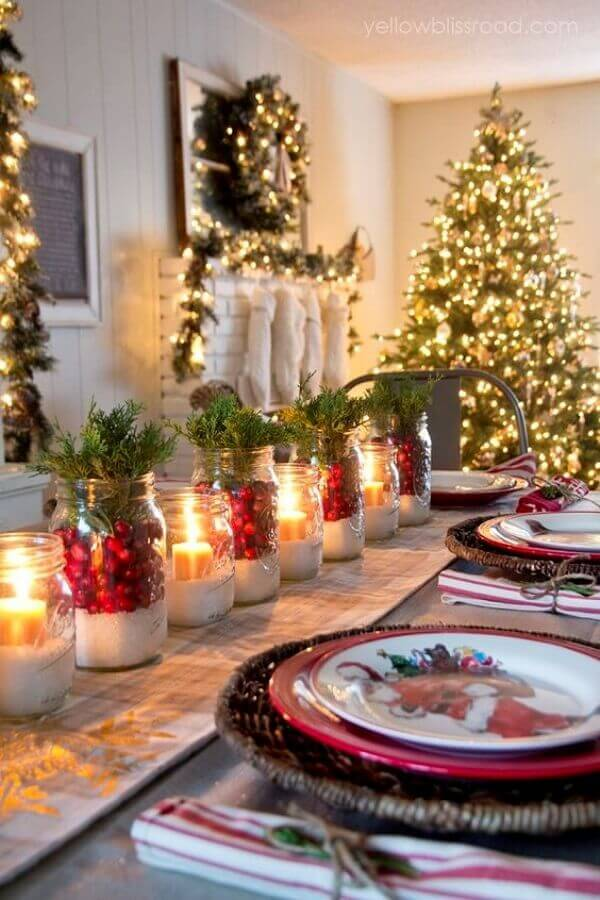 Christmas table decorations with candles and thematic dishes Foto Pinterest