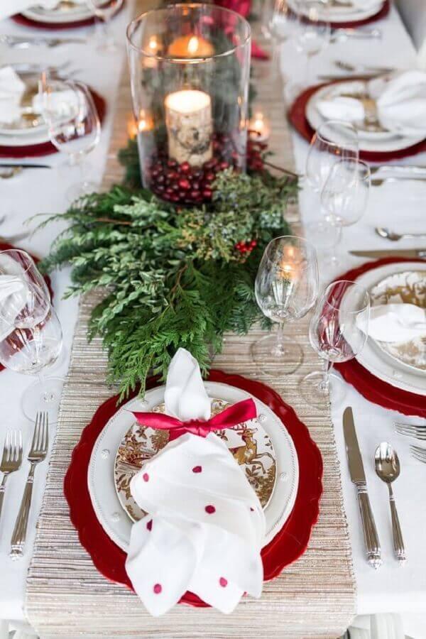 enfeites natalinos para mesa vermelha e branca com folhagens Foto The Lush List