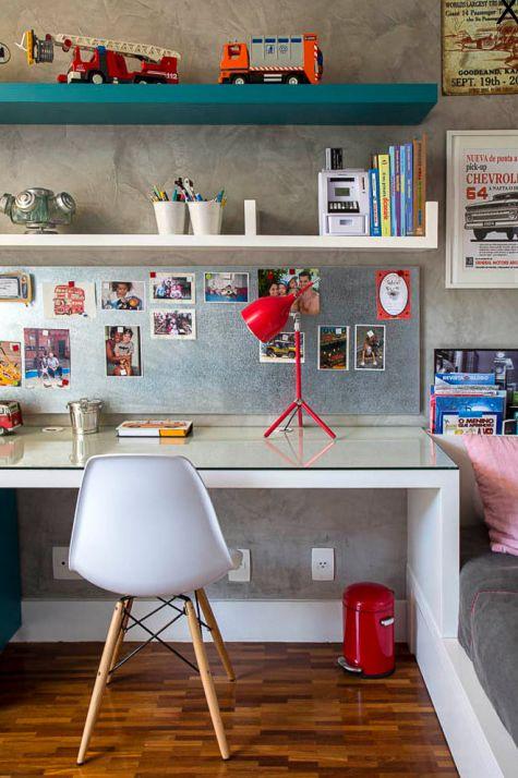 Escrivaninha infantil com prateleira para decorar o ambiente