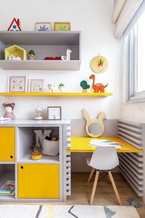 Que tal comprar uma escrivaninha infantil de cores vibrantes para alegrar o quarto?