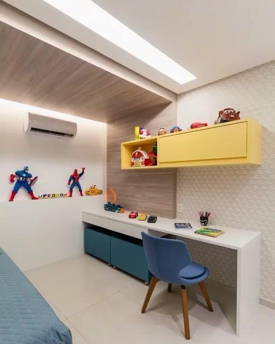 Quarto com escrivaninha infantil e cadeira azul