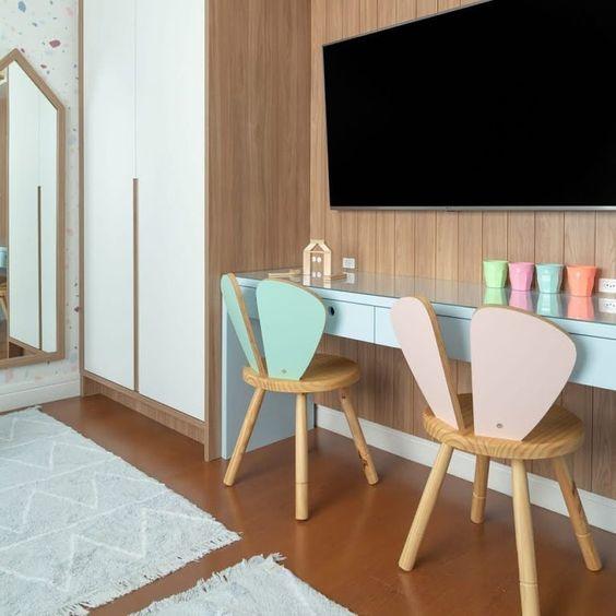 Cadeira rosa e azul para escrivaninha infantil criativa