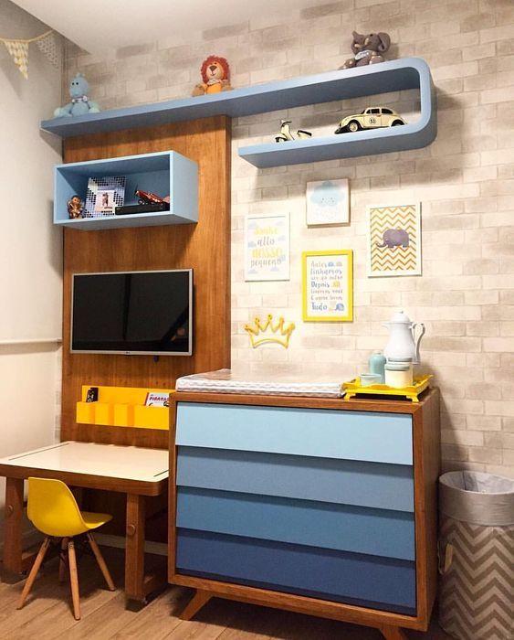 Escrivaninha infantil branca no quarto azul e amarelo, super alegre!