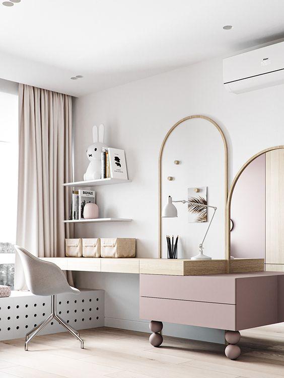 Quarto bem decorado com escrivaninha infantil e espelho de penteadeira