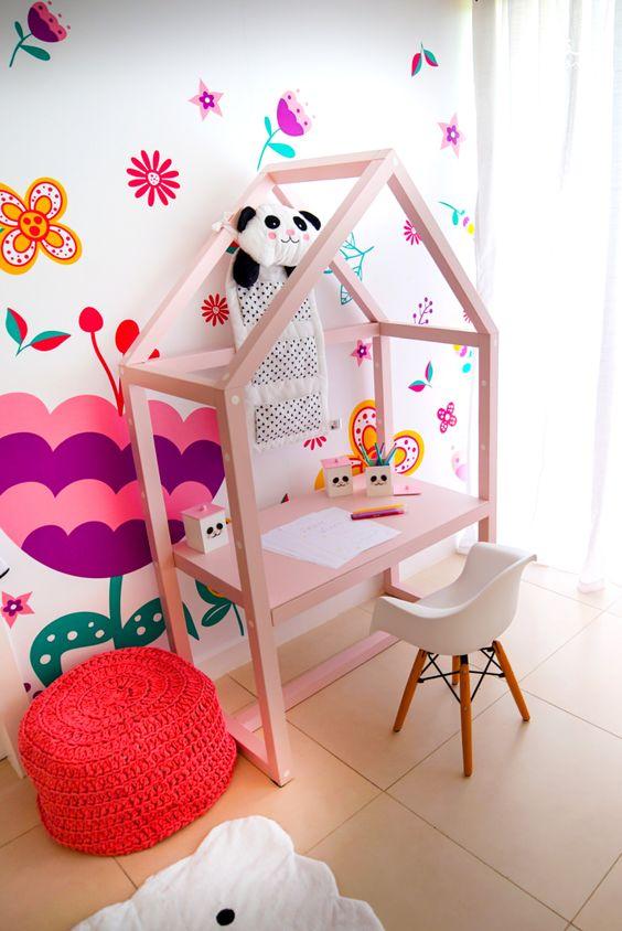 Escrivaninha infantil em formato de casinha