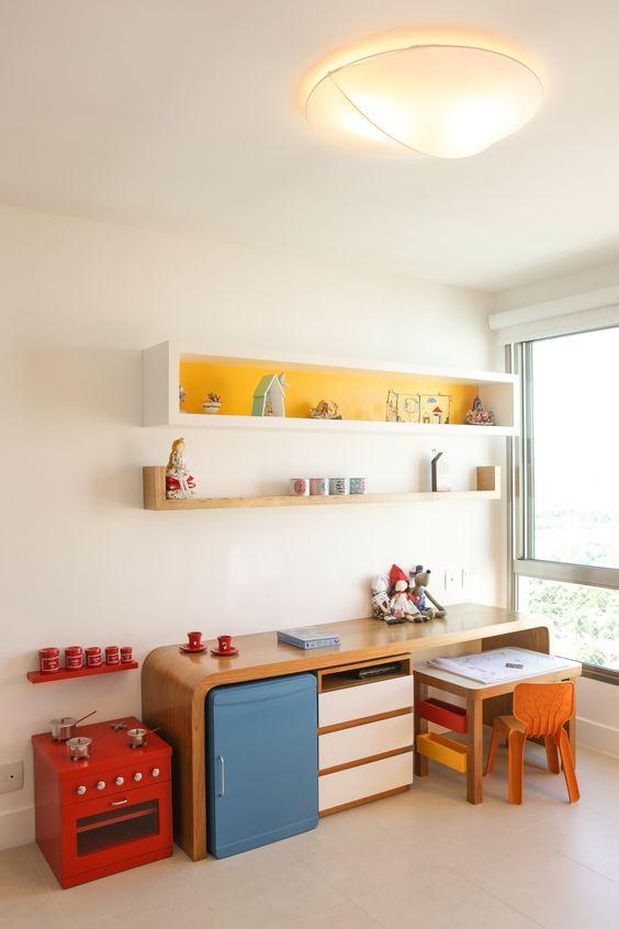 Escrivaninha infantil colorida