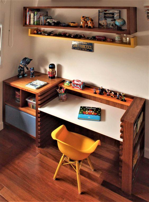 Escrivaninha infantil com cadeira amarela