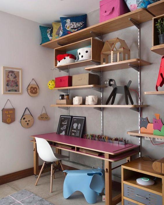 Escrivaninha infantil com cadeira branca