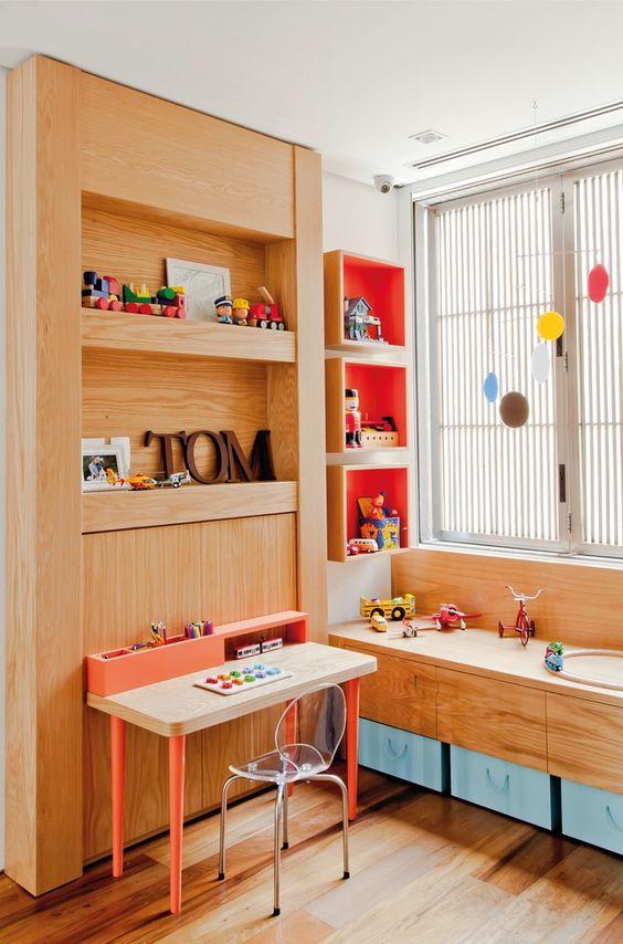 Escrivaninha infantil com cadeira transparente
