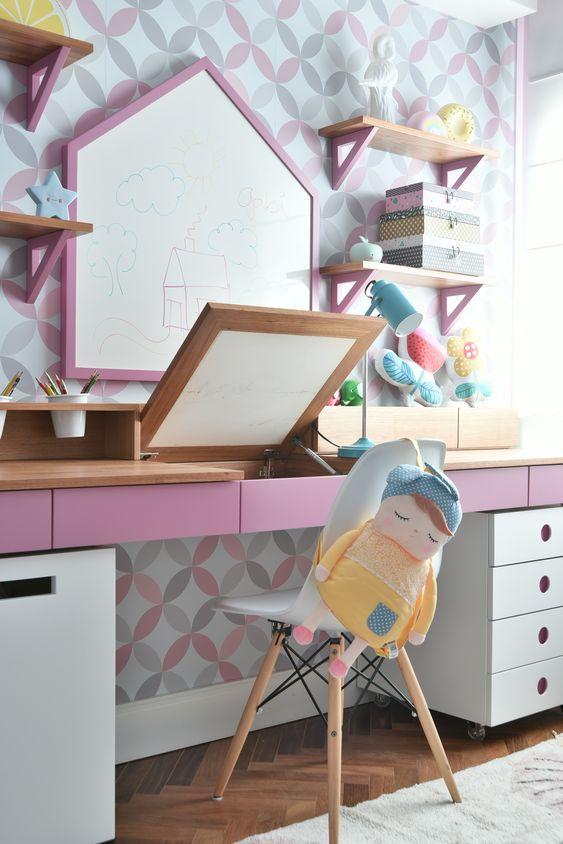 Escrivaninha penteadeira infantil no quarto planejado