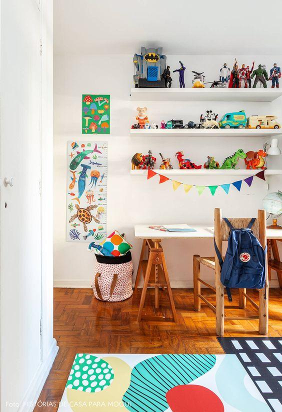 Escrivaninha infantil de madeira com decoração colorida