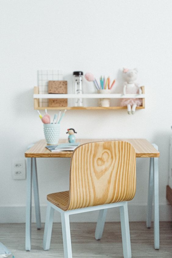 Escrivaninha infantil de madeira com prateleira para organização