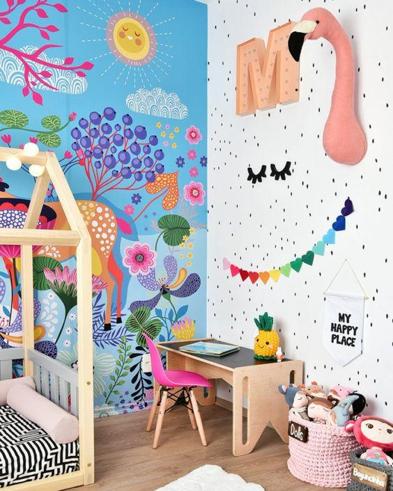 Quarto colorido com escrivaninha pequena