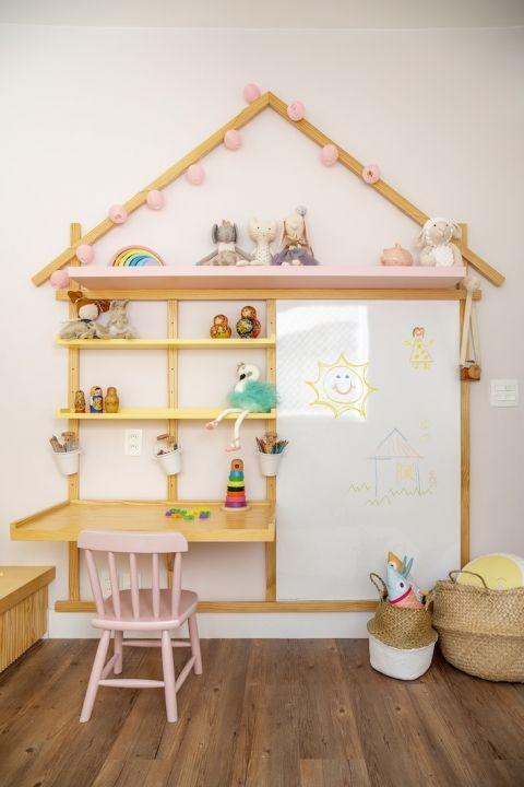 Escrivaninha infantil no formato de casinha