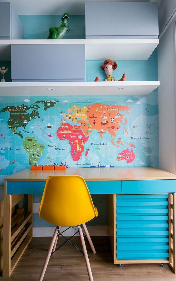 Escrivaninha infantil no quarto moderno
