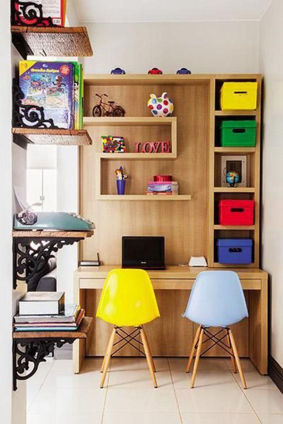 Escrivaninha infantil no quarto colorido
