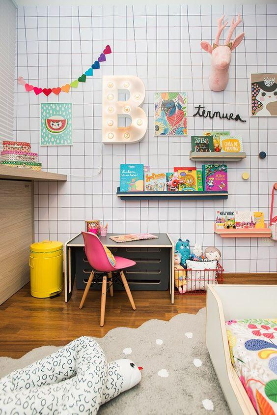 Escrivaninha infantil pequena no quarto colorido e alegre