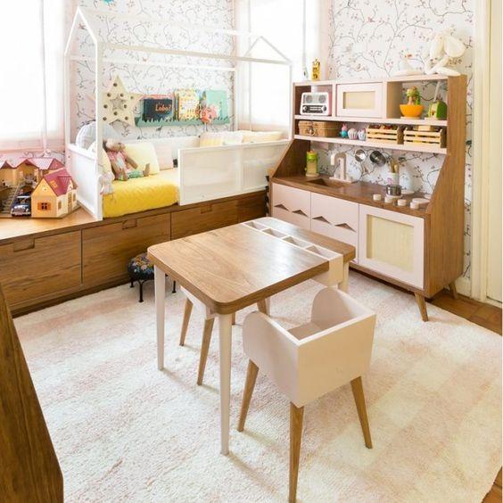Escrivaninha infantil pequena no quarto montessoriano