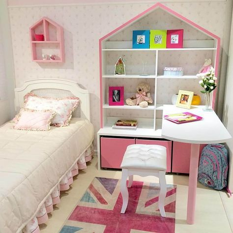Escrivaninha infantil no quarto pequeno