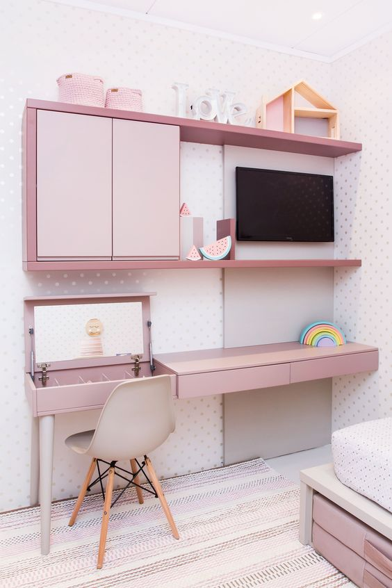 Escrivaninha infantil rosa com tv
