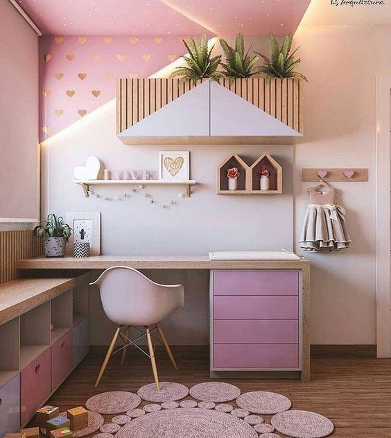 Escrivaninha infantil planejada e bem decorada no quarto