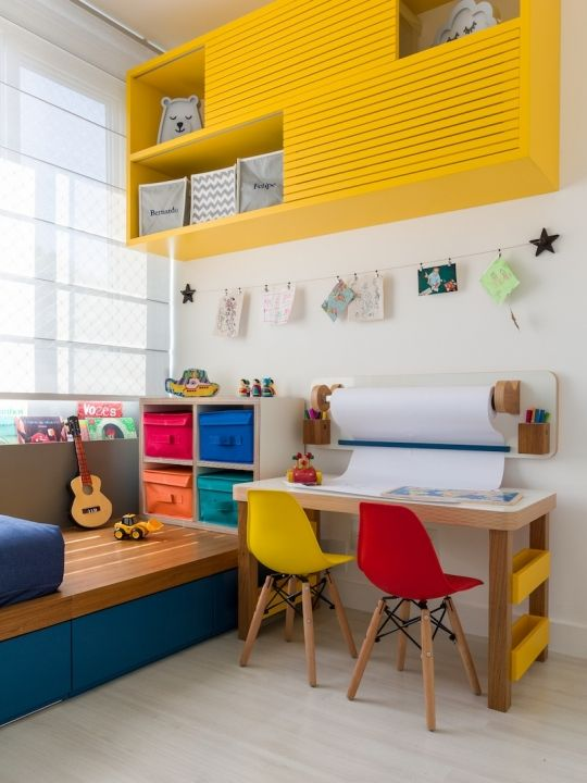Quarto colorido com escrivaninha pequena para duas cadeiras