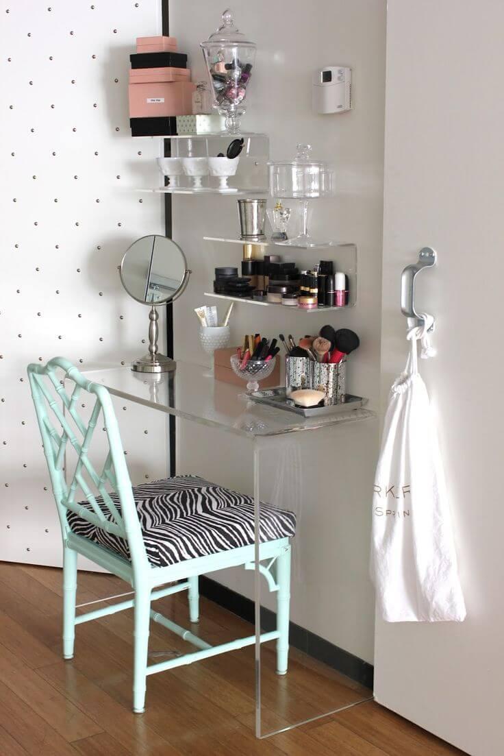 Espelho de mesa na bancada de maquiagem