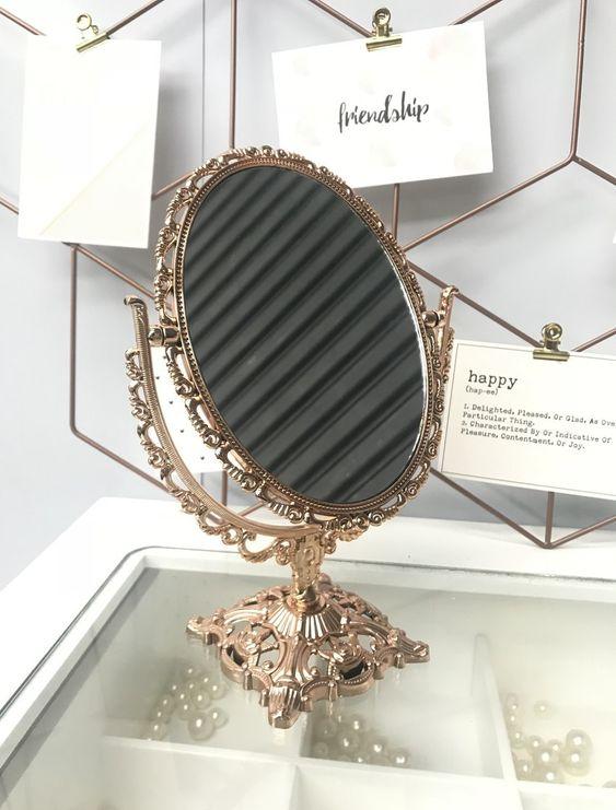 Decoração retrô com espelho dourado