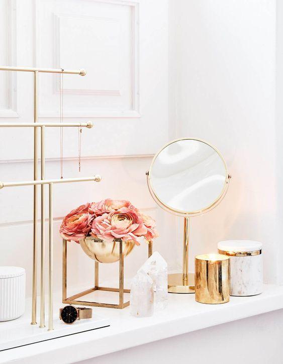 Espelho dourado no banheiro
