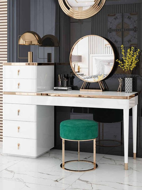 Penteadeira com espelho de mesa dourado