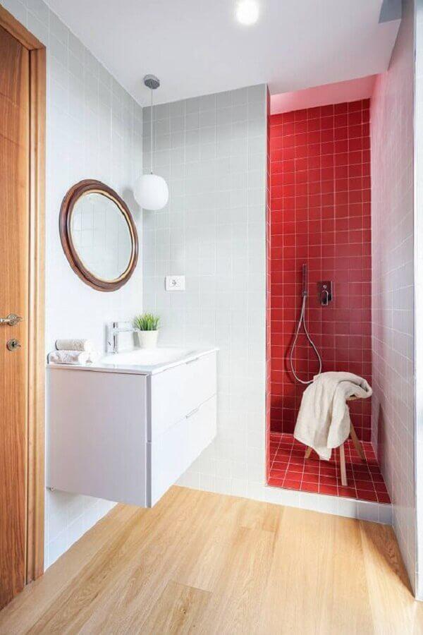 espelho redondo para decoração de banheiro vermelho e branco  Foto Homify