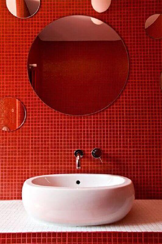 espelho redondo sem moldura para decoração de banheiro com pastilha vermelha  Foto Homedit