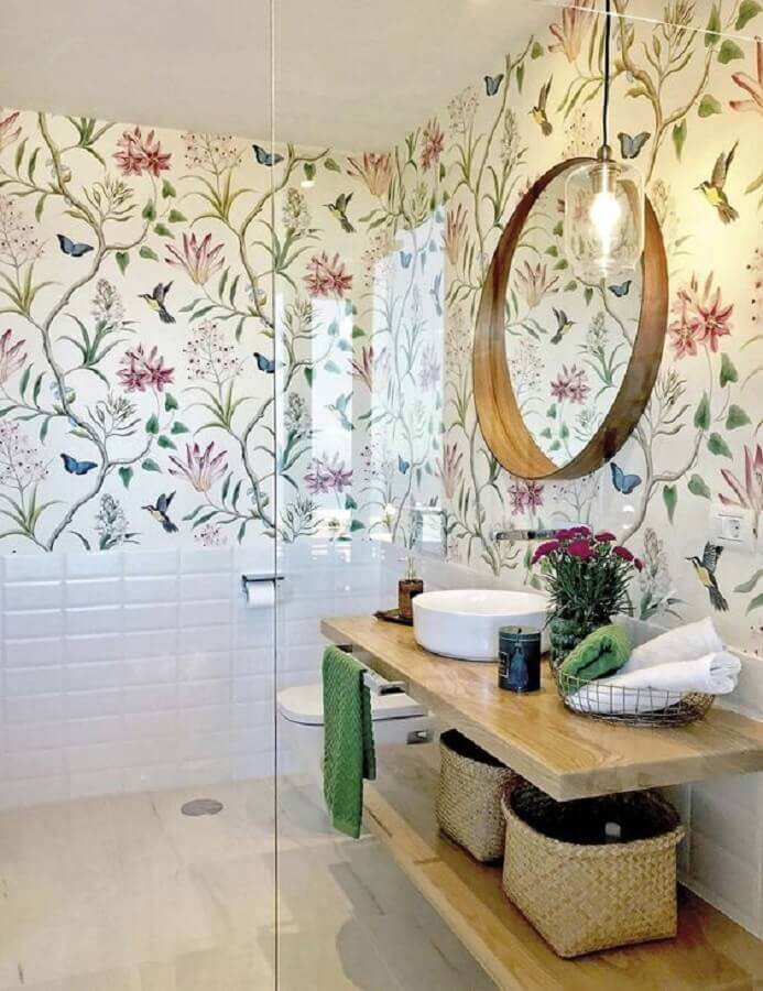 estampa de flores coloridas para papel de parede para banheiro com bancada de madeira  Foto Micasa Revista