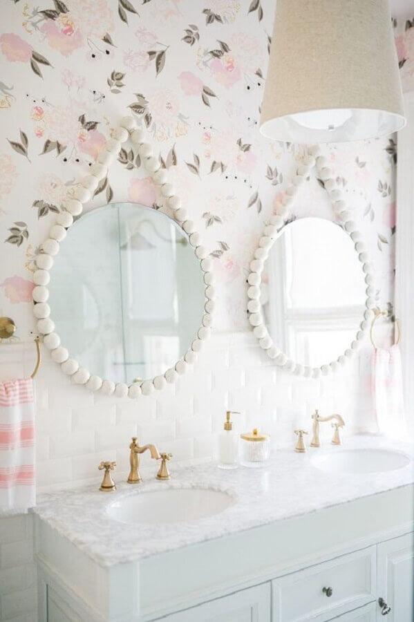estampa de flores delicadas em papel de parede para banheiro feminino branco e rosa Foto Apartment Therapy