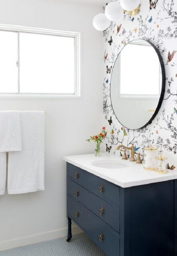 estampa delicada de papel de parede para banheiro branco decorado com gabinete azul marinho Foto Fashionismo
