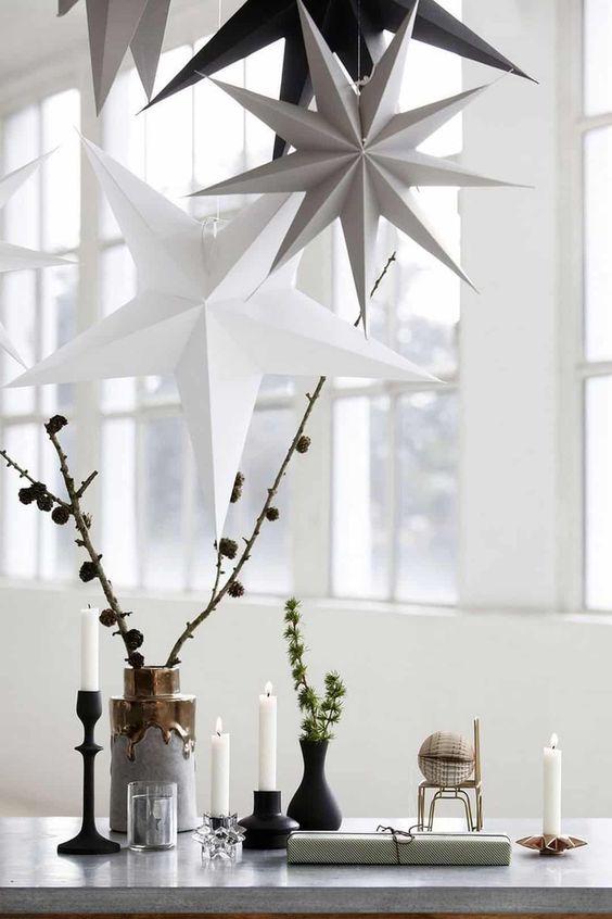 Estrela de natal branca e cinza na decoração de casal