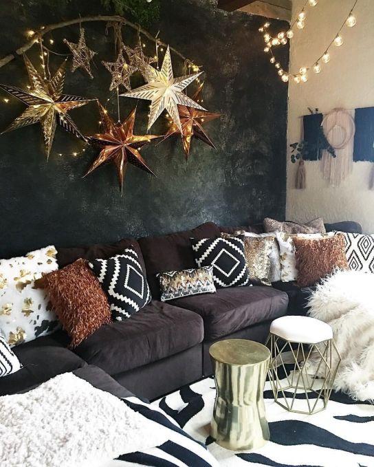Estrela de natal dourada na sala de estar