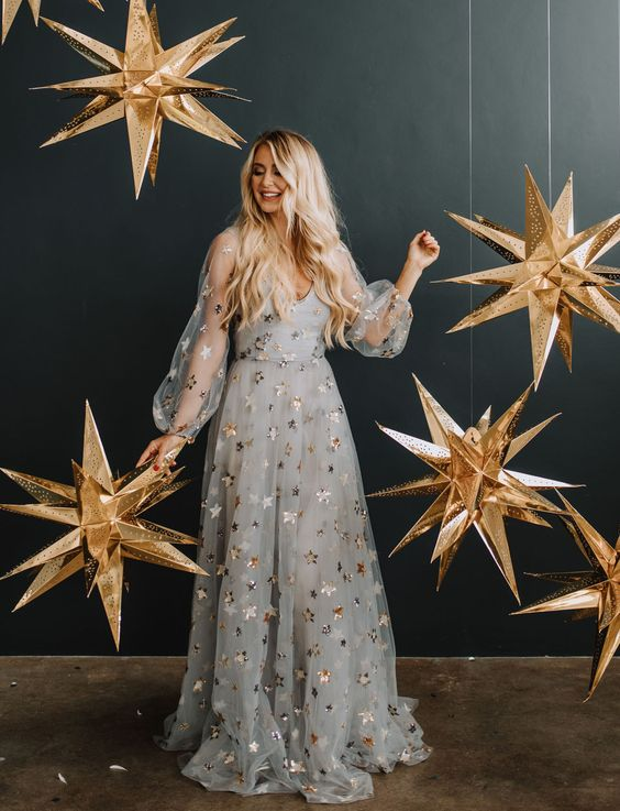 Estrela de natal dourada decorando a casa