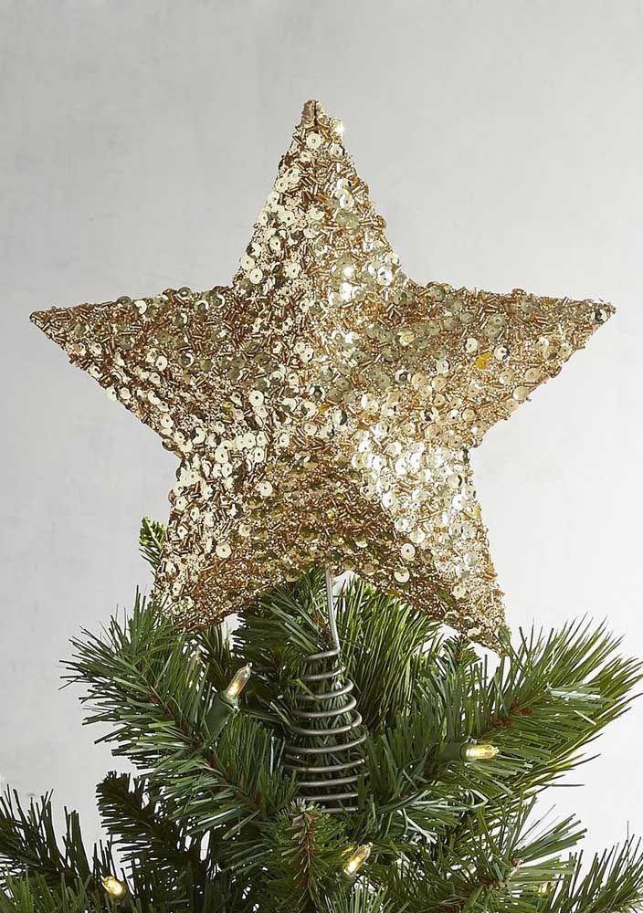 Estrela de natal dourada no topo da árvore
