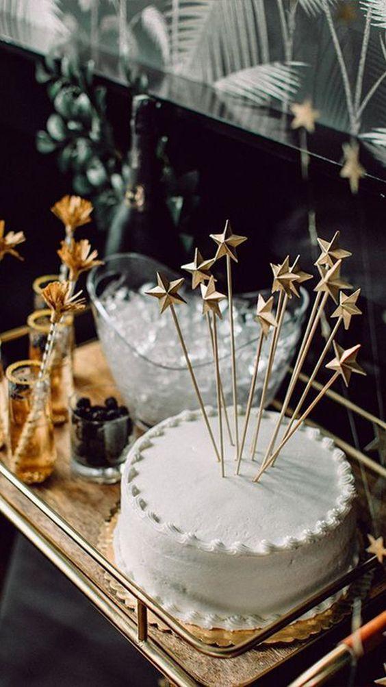 Bolo decorado com estrelas para ceia de reveillon