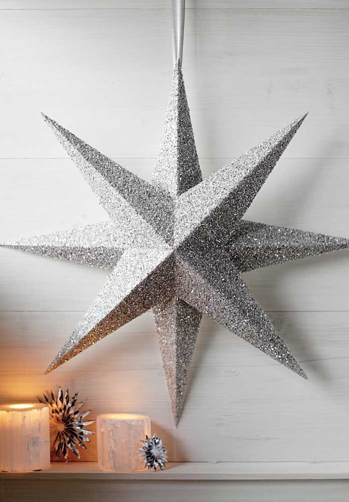Estrela de natal prateada na decoração de casa