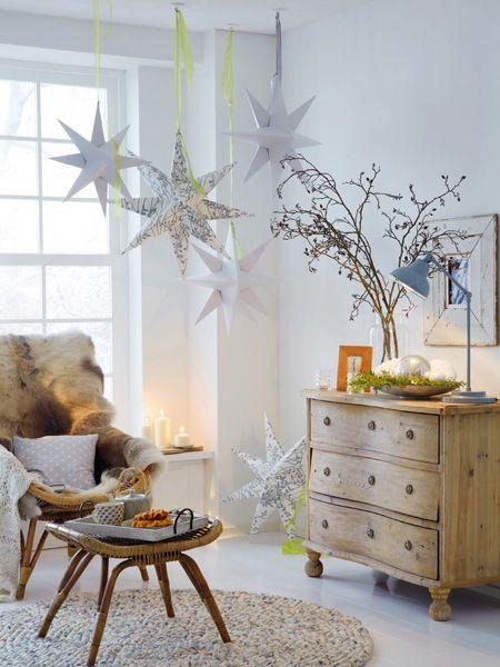 Estrela de natal prateada na sala de estar